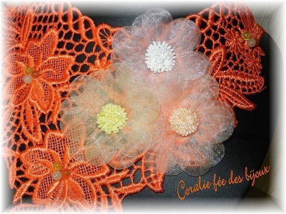 collier dentelle macramée fleurs tissu et perles en verre