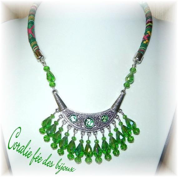 collier ethnique plastron,paillettes et perles cristal tons verts