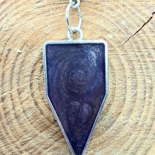 Collier pendentif géometrique résine violine