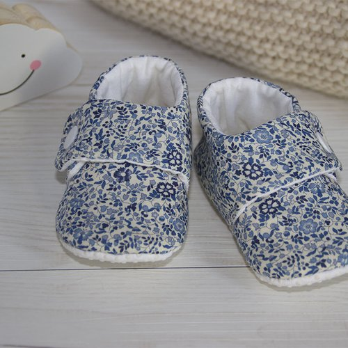 Chausson bébé en liberty  katie and milie bleu  par côté cousine