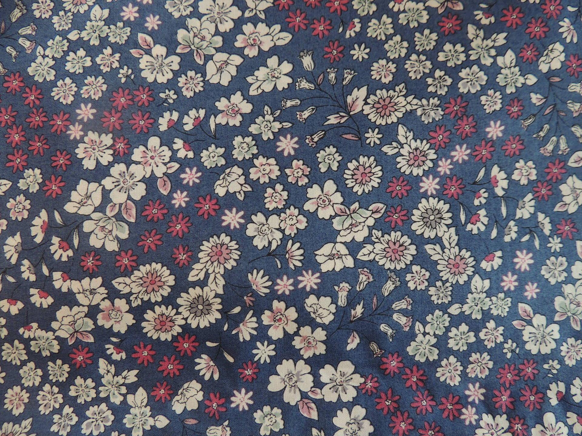 Coupon de tissu popeline de coton Fond bleu Fleurs Crème et rouge (7)