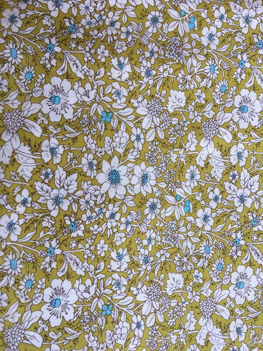 Coupon de tissu coton Fond vert motif fleurs (MT34)