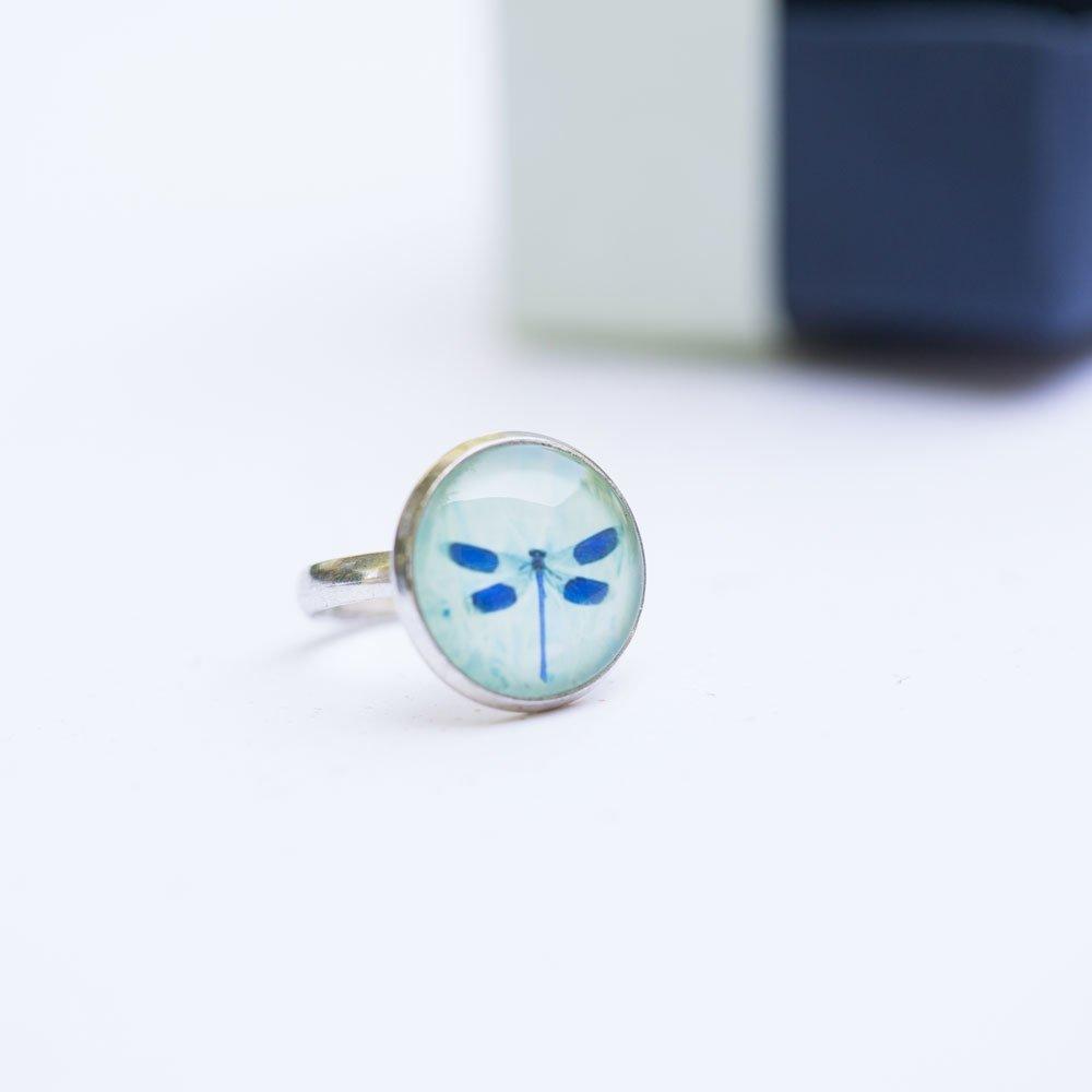 Bague ronde cabochon libellule bleue, argenté