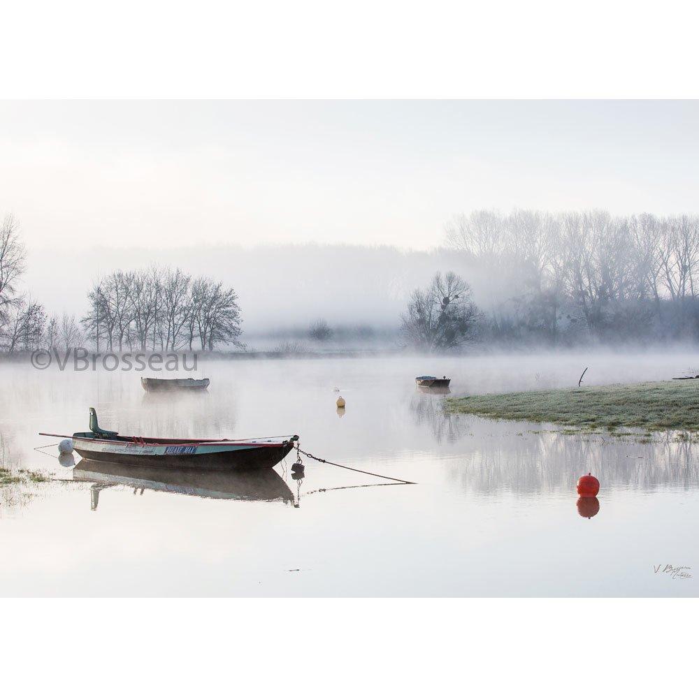 photographie paysage zen bord de rivière la Maine et bateau dans la brume - 50 x 70 cm