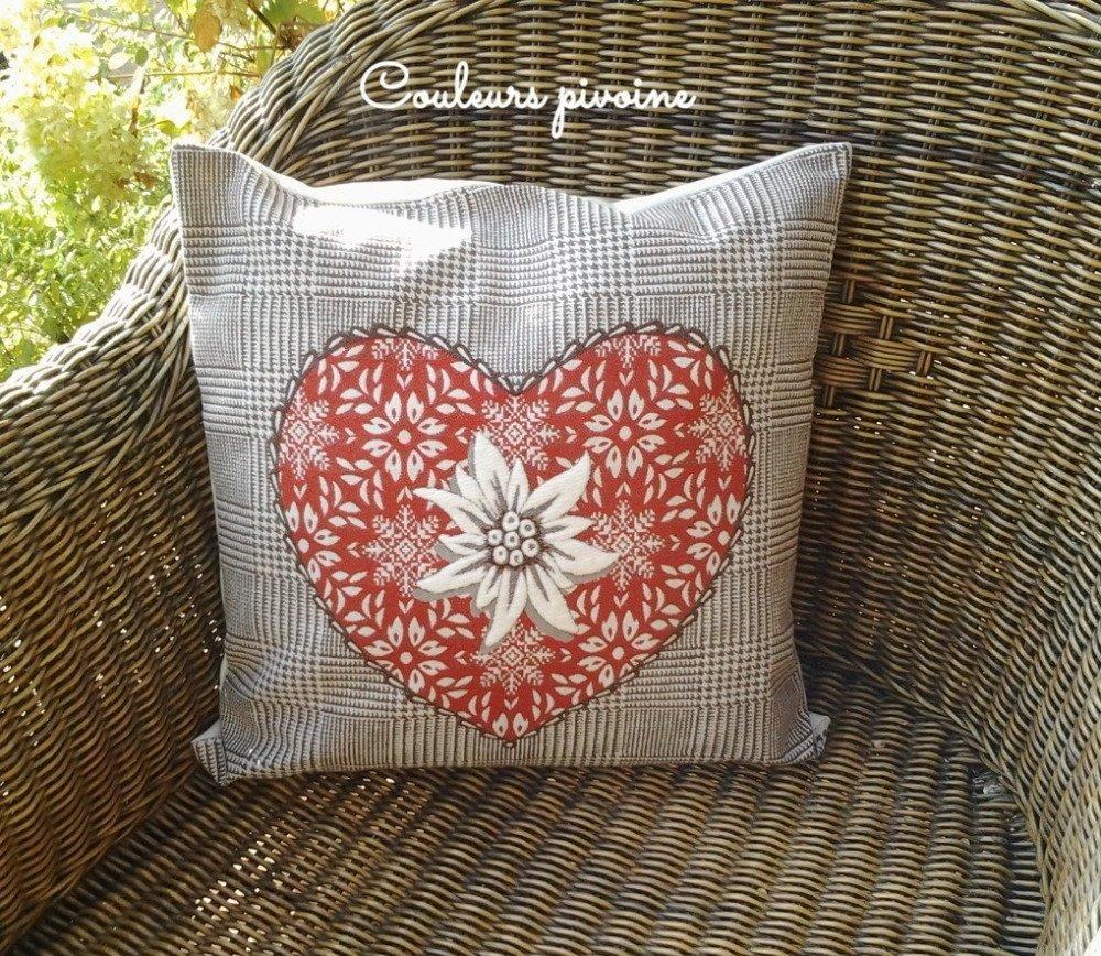 Grand coussin carré et sa housse,tissu tissé,coeur,edelweiss,beige,rouge écru, esprit montagne,décoration de la maison, canapé , salon