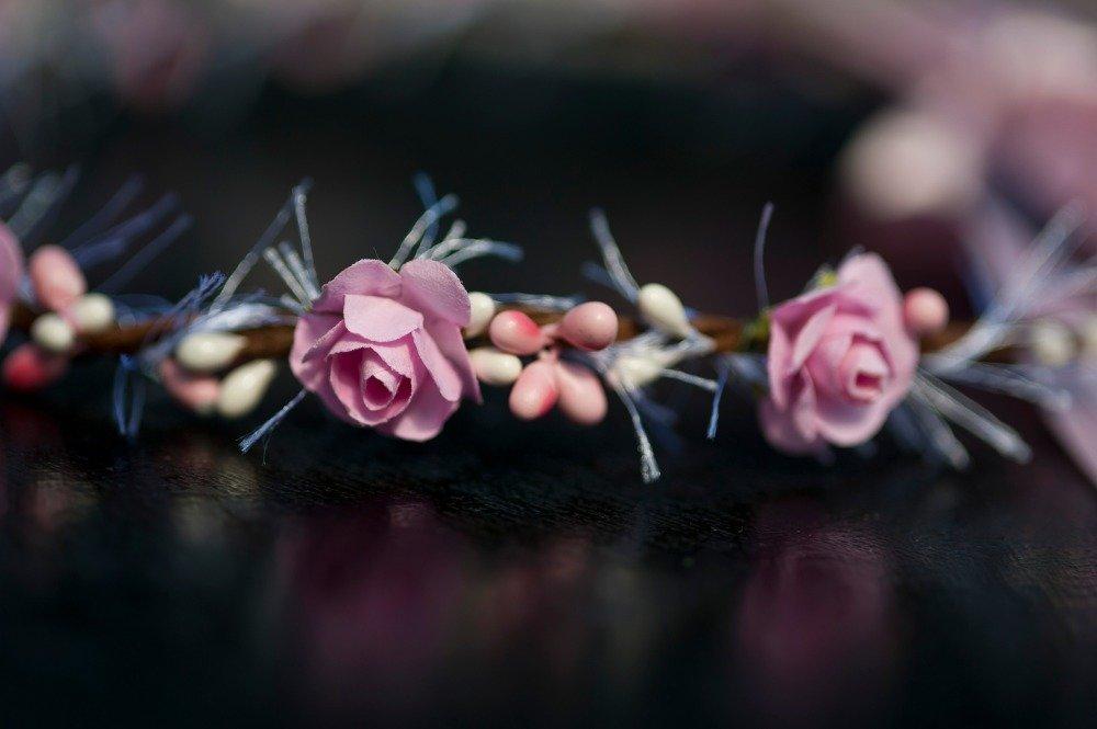 Couronne de fleurs rose aux fanfreluches
