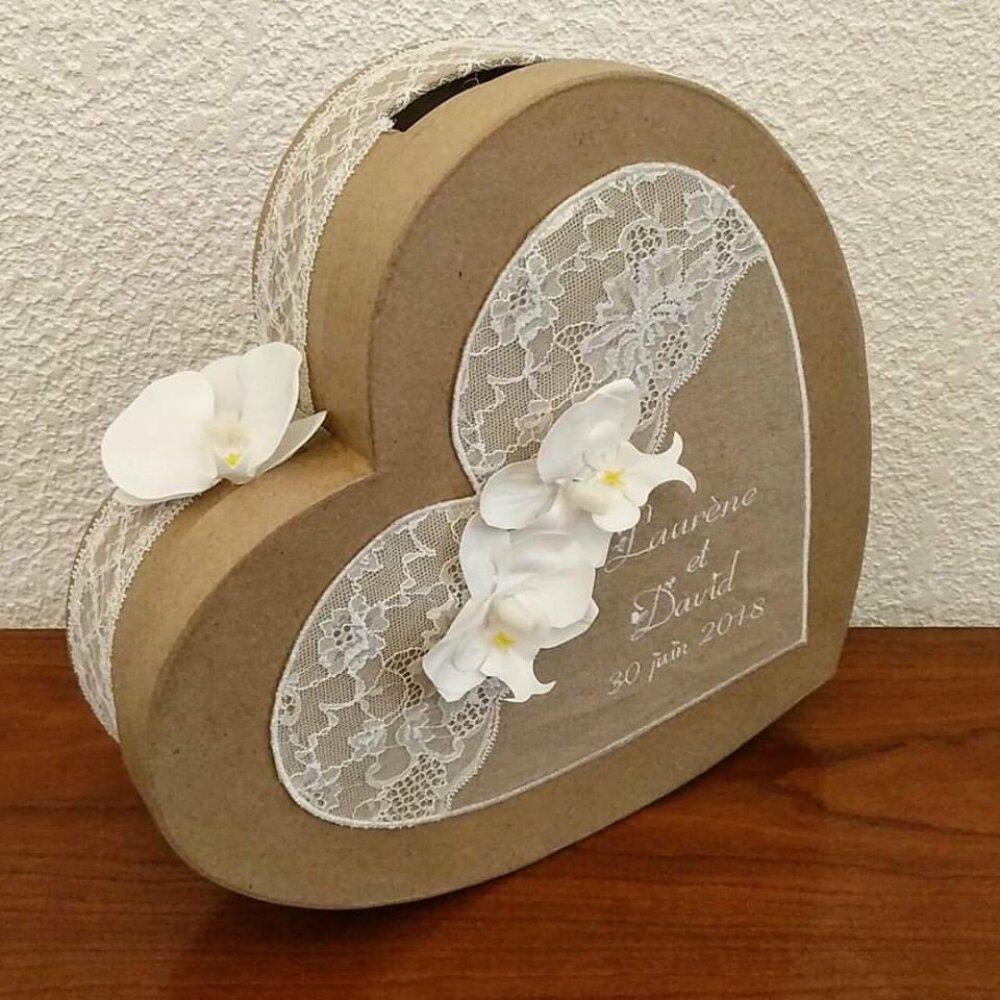 tirelire en forme de coeur aux couleurs naturels avec en déco de la dentelle, du lin, des orchidées (ou autre)