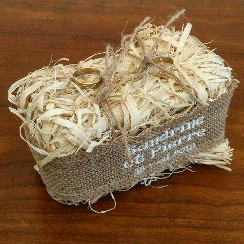 Porte alliances: le ballot de paille / coussin pour mariage thème champêtre avec toile de jute