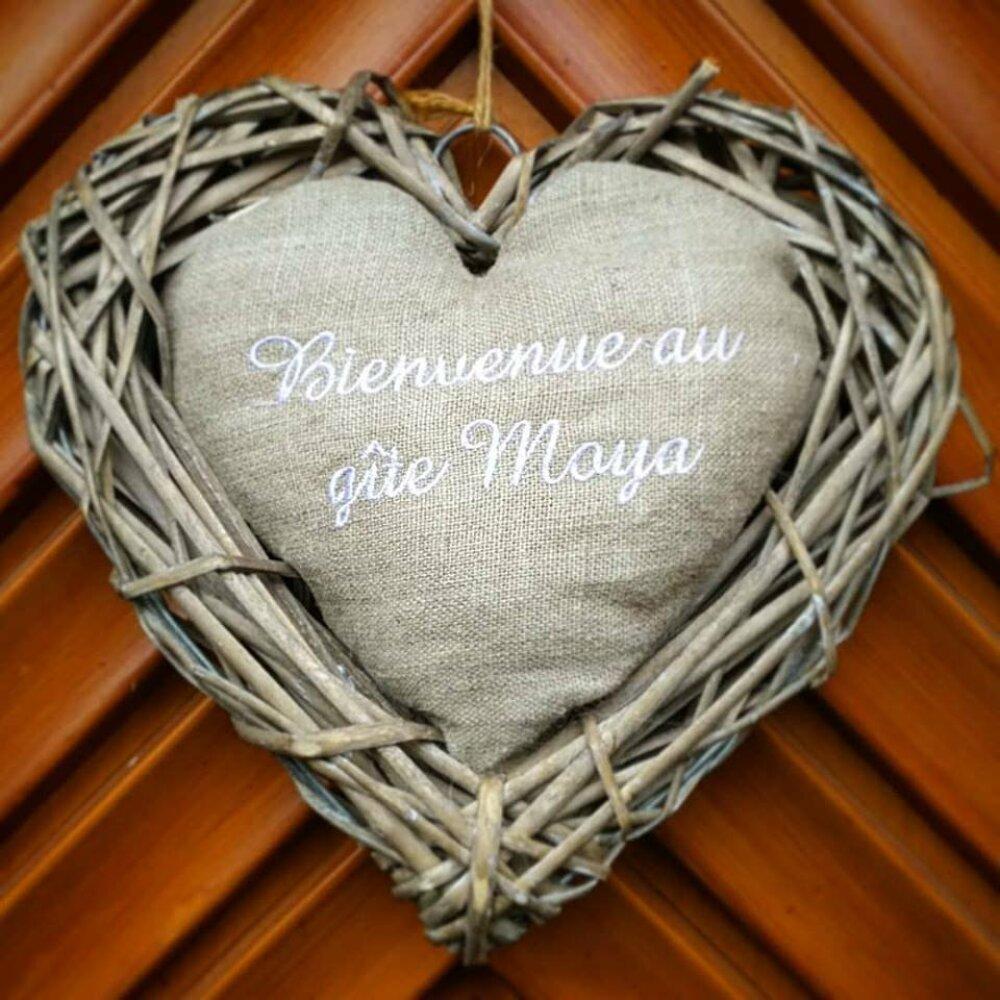 Couronne de bienvenue, pour accrocher à une porte, à un mur. Coeur en lin ou coton avec votre message - idée cadeau personnalisé