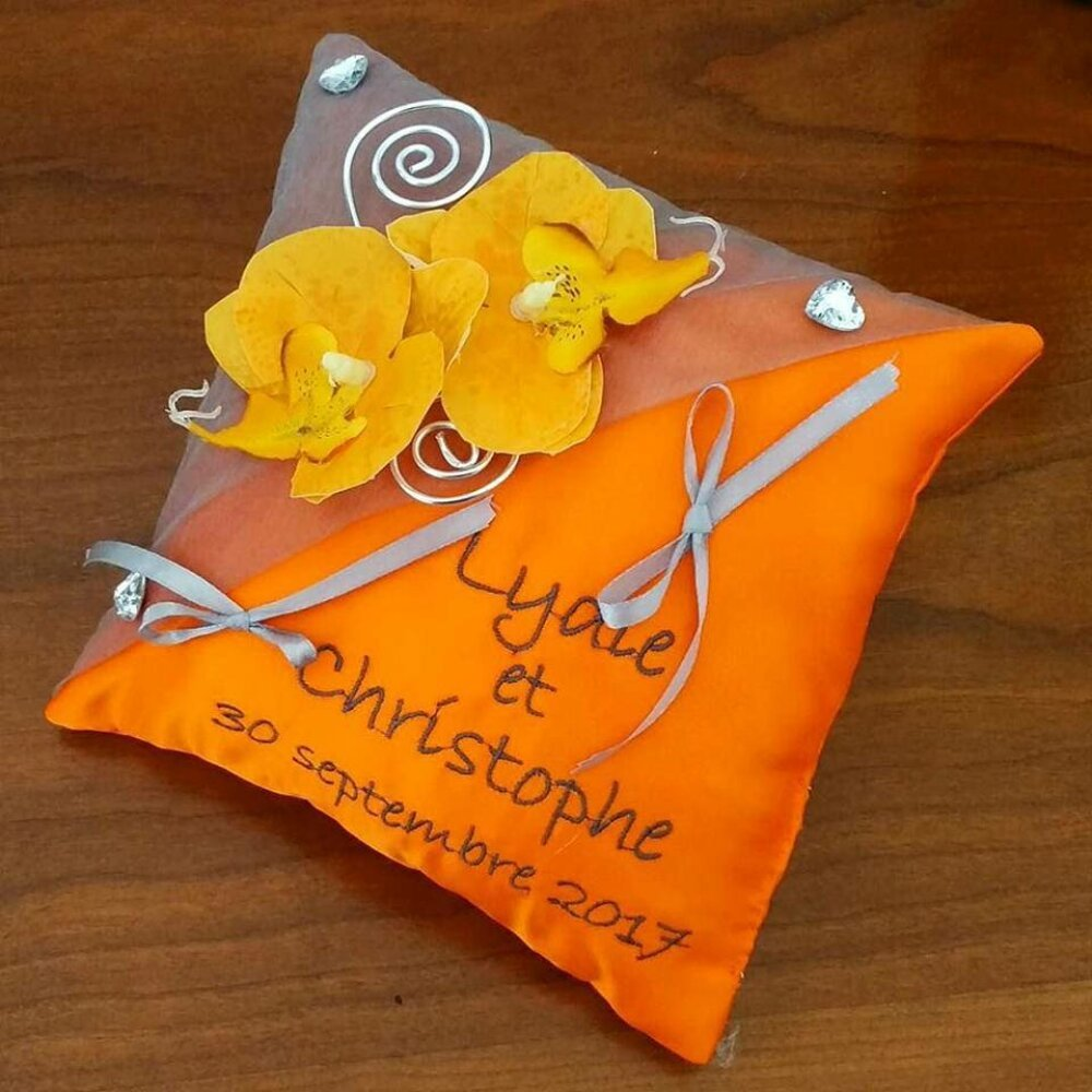 coussin de mariage / porte-alliances dans les tons orange et gris  avec orchidées