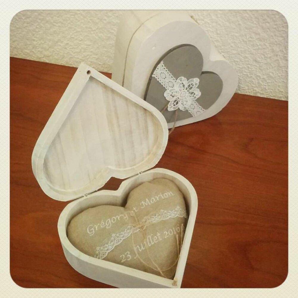 Boite en bois forme coeur pour porte alliances avec coussin mariage prénoms