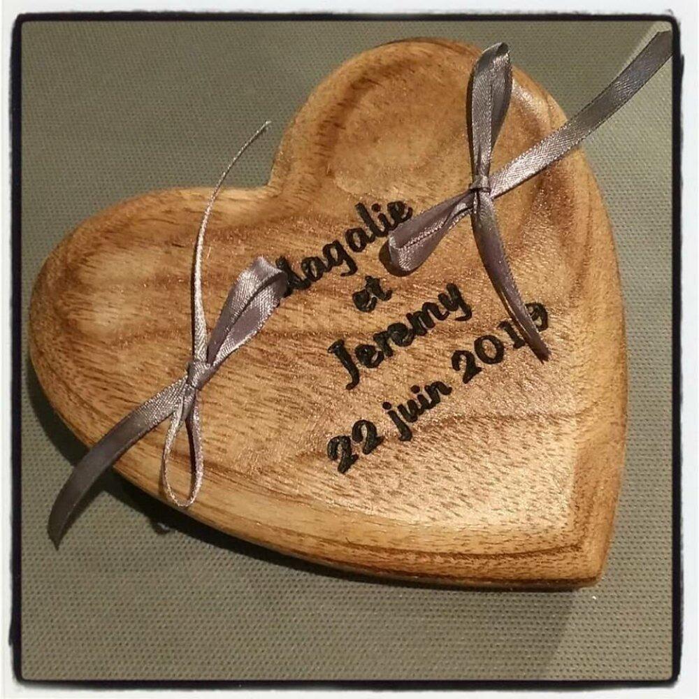 Porte-alliances en bois : le coeur gravé à vie !