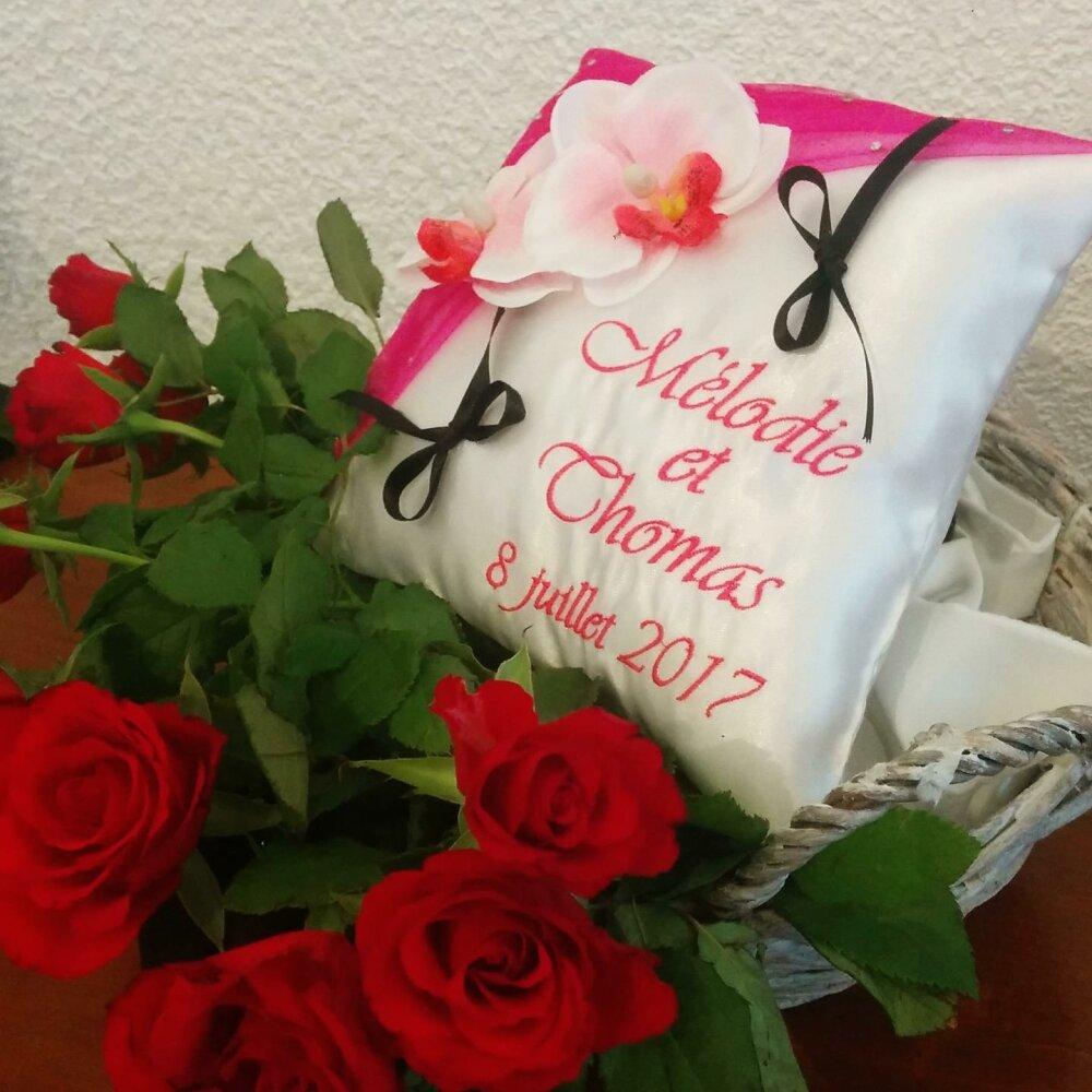 Porte alliances / coussin de mariage : les orchidées en fuschia
