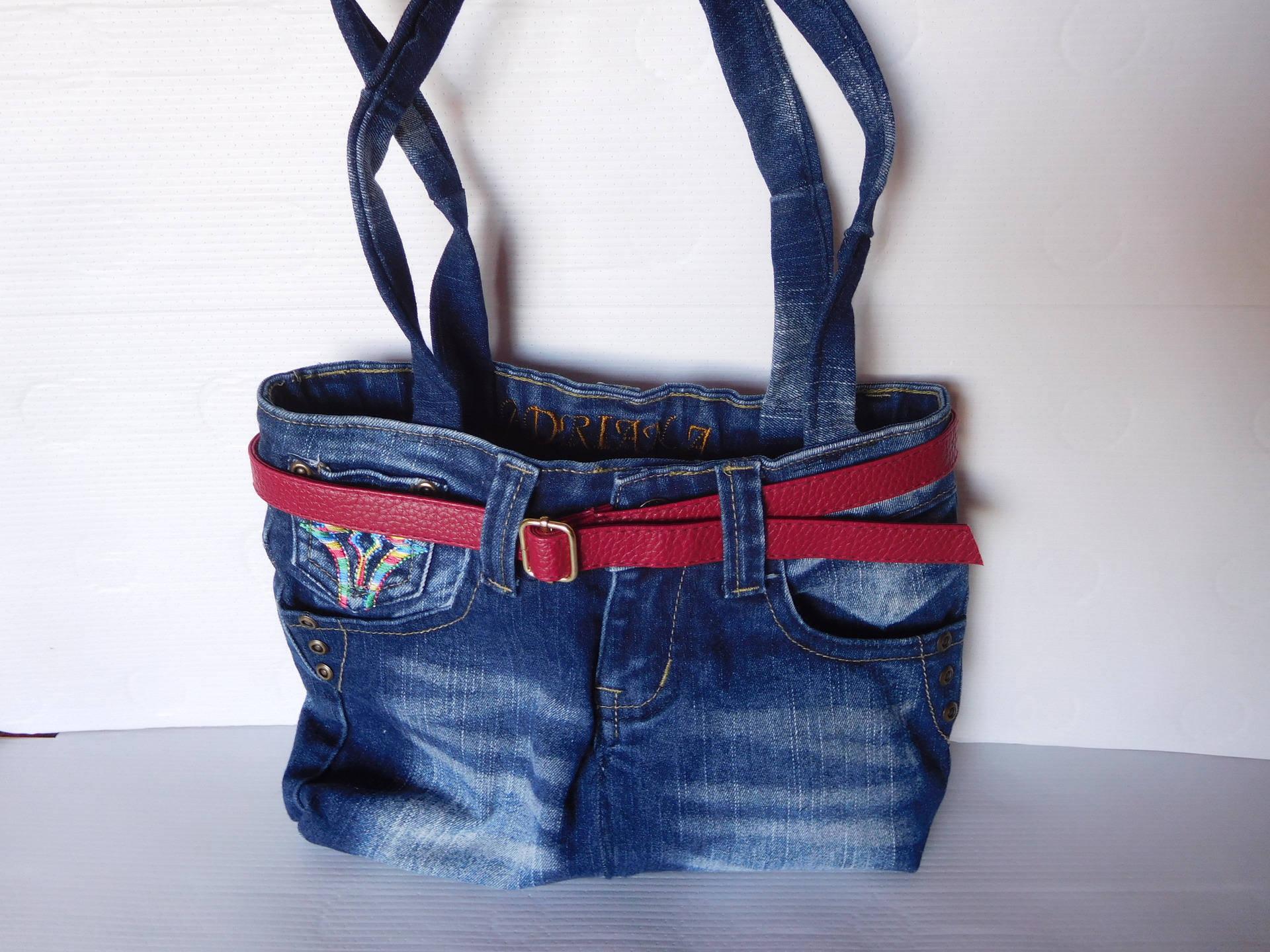 sac en jean recyclé et ceinture rouge