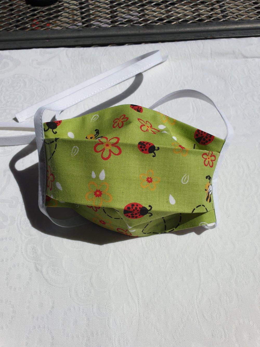 Masques de protection enfant de 3 à 9 ans en tissu imprimés et liens lycra lavables . Fabriqués selon les recommandations  AFNOR.