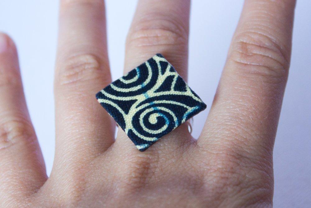 Bague carrée en tissu Wax noir et beige spirales