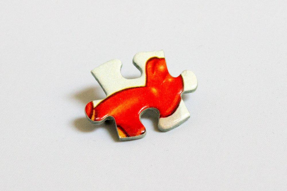 Broche en pièce de puzzle rouge