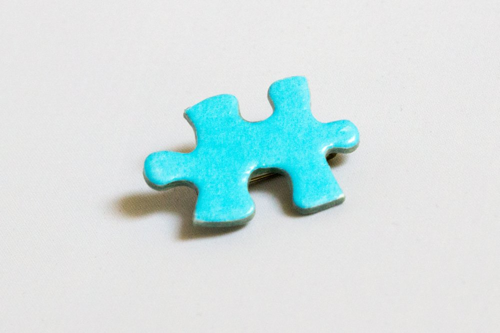 Broche en pièce de puzzle bleue