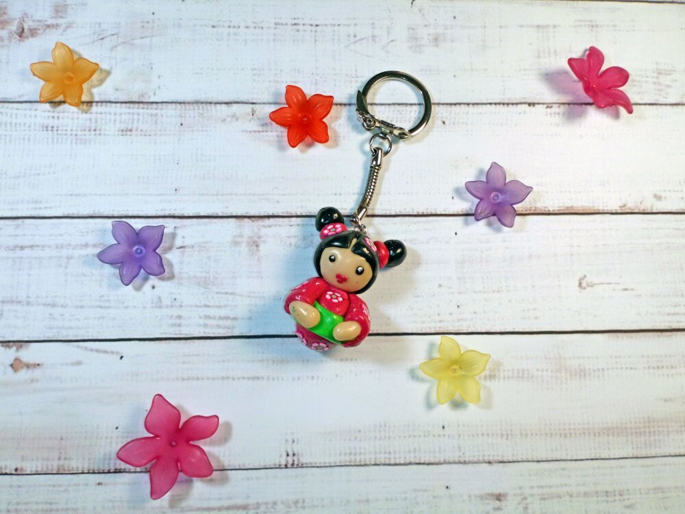 Porte clé poupée kokeshi robe fushia fleurs roses en fimo