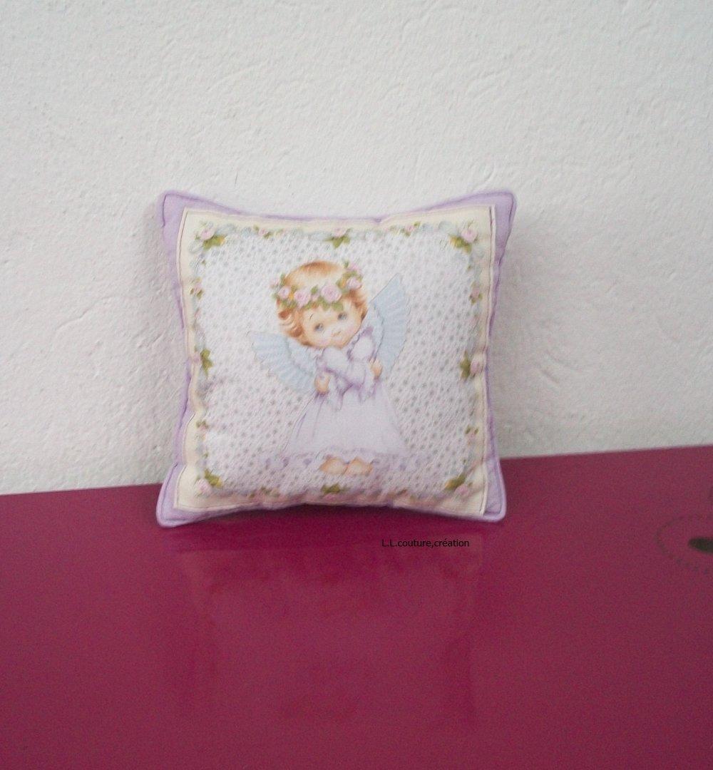 coussin parme en tissu coton avec un petit ange