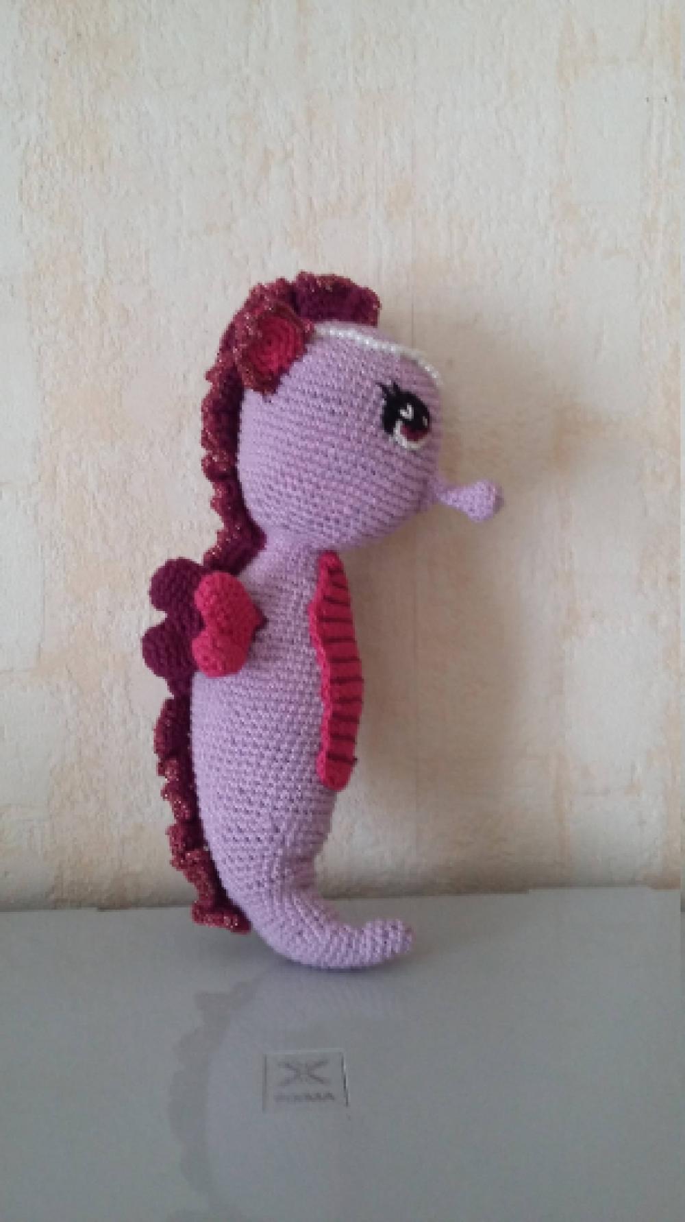 hippocampe crocheté en coton parme et violet