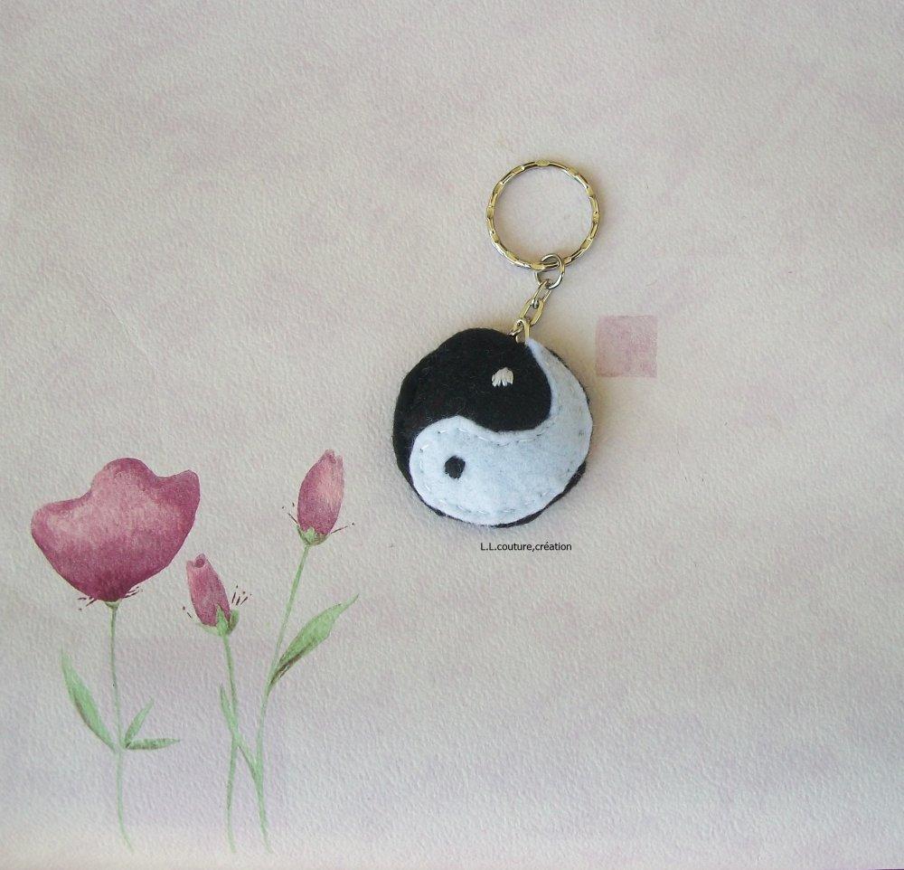 portes-clés yin et  yang en feutrine noir et blanc