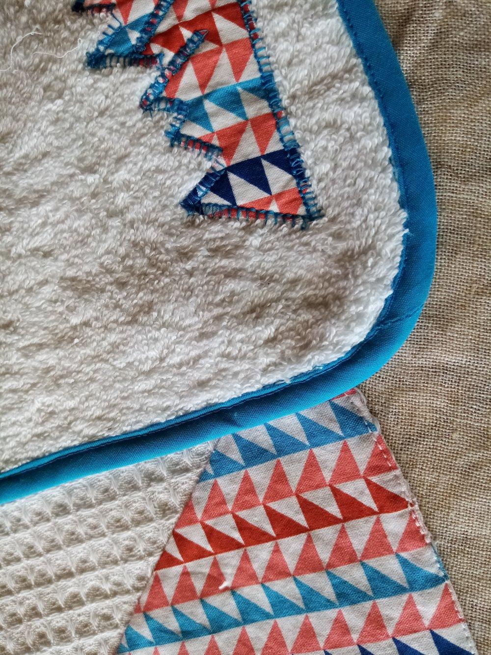 Ensemble de 3 bavoirs Déclinés dans du coton blanc et multicolore
