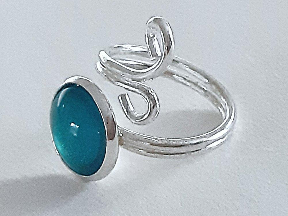 Bague ajustable en métal argenté avec cabochon rond en verre turquoise