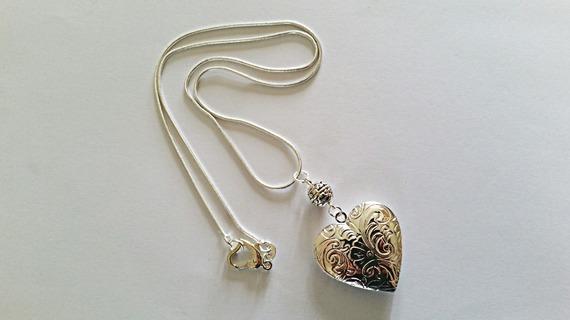 """Chaîne pendentif """"porte photo"""" coeur et chaîne plaqués argent, perle argent tibétain et mousqueton en forme de coeur"""
