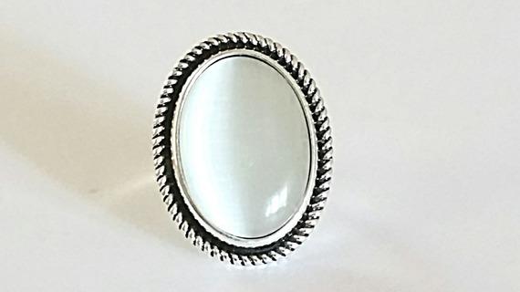 Bague cabochon ovale en pierre Oeil de chat blanc sur monture vintage en métal argent vieilli