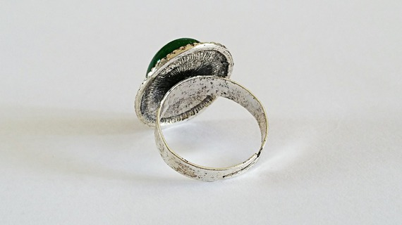 Bague ovale vintage cabochon en Jade vert sur monture en laiton couleur argent vieilli