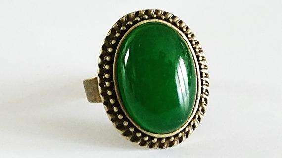 Bague ovale vintage cabochon en pierre de Jade vert sur monture en laiton couleur bronze