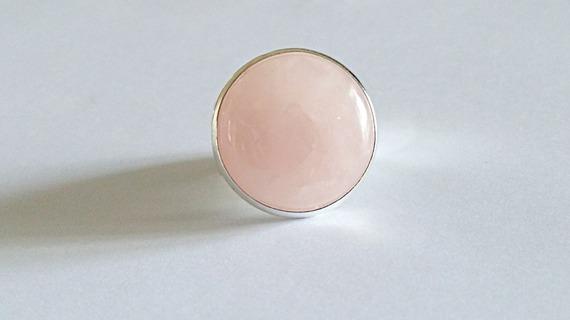 Bague ronde style chevalière cabochon en pierre de quartz rose sur monture métal argenté