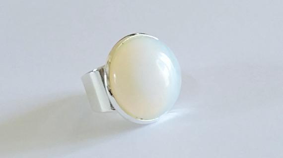 Bague ronde style chevalière cabochon en pierre de Lune blanche sur monture argentée