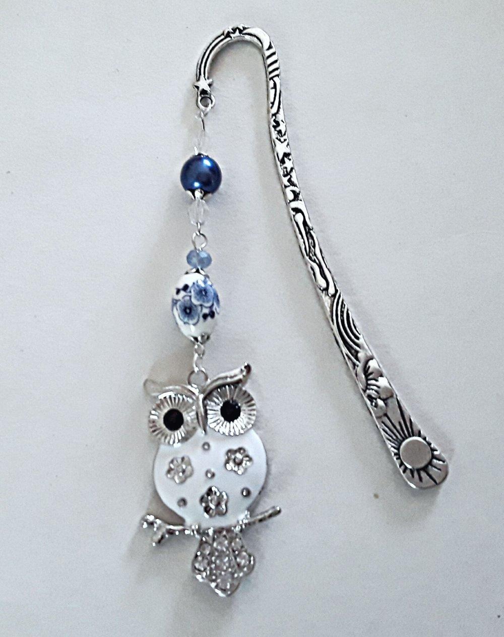 """marque page  """"HIBOU / CHOUETTE"""" bleu et blanc, perles cristal swarovski, porcelaine et nacrée bleues et blanches"""
