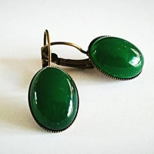 Boucles d'oreilles rétro cabochon en pierre de jade verte , attaches dormeuses en laiton couleur bronze