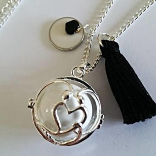 Collier bola de grossesse en plaqué argent, bille d'harmonie blanche, coeur et médaillon émaillés noir et blanc , pompon noir