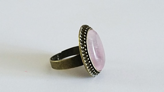 Bague cabochon ovale en pierre cristal de roche Quartz rose pale  sur monture rétro en laiton bronze