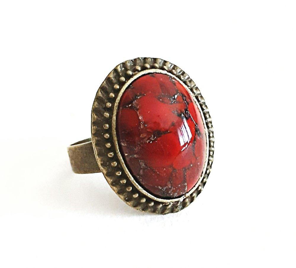 Bague cabochon ovale en pierre de  jaspe rouge brique  sur monture rétro en laiton couleur bronze