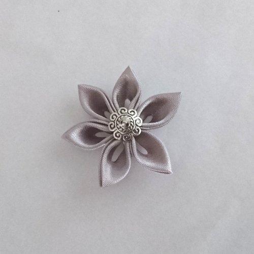 Fleurs kanzashi satin de couleur grise réalisée à la main