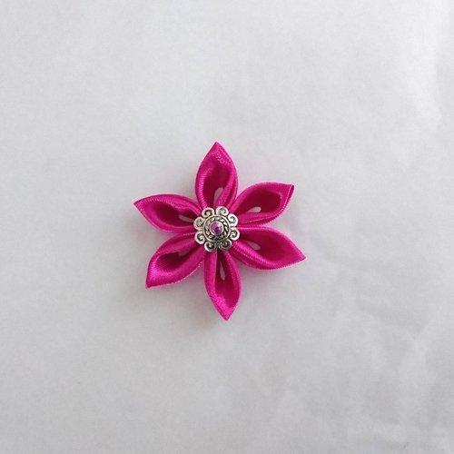 Fleurs kanzashi satin de couleur fuchsia réalisée à la main