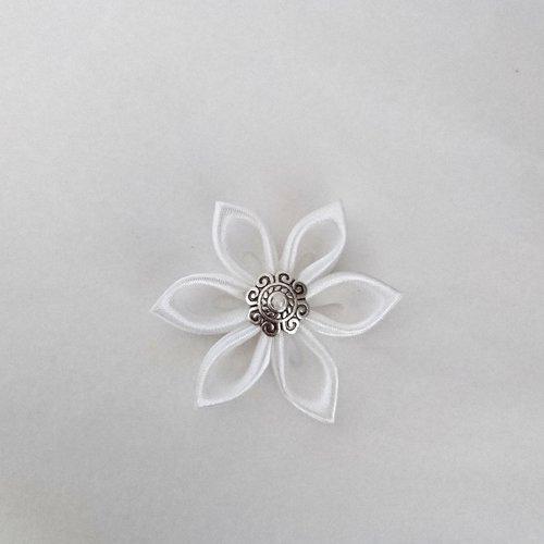 Fleurs kanzashi satin de couleur blanche réalisée à la main