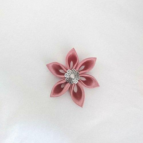 Fleurs kanzashi satin de couleur rose ancien réalisée à la main