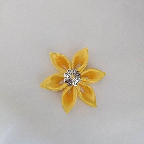 Fleurs kanzashi satin de couleur jaune réalisée à la main