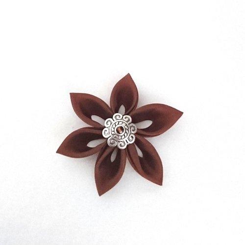 Fleurs kanzashi tissu de couleur chocolat réalisée à la main