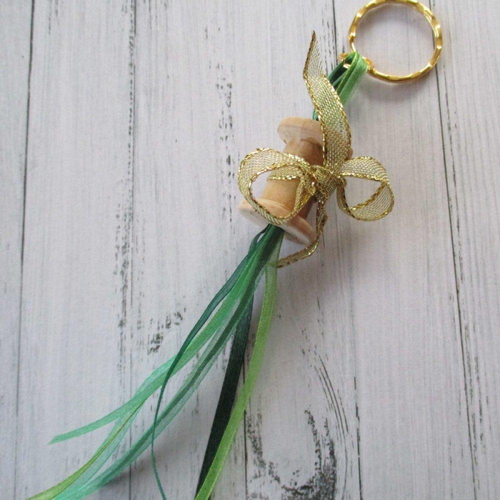 Porte clés, bijou de sac ou grigri petite bobine a rubans verts et boucle d'or