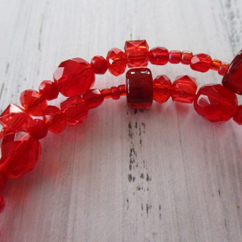 Bracelet a mémoire de forme a perles et pompon rouge couture