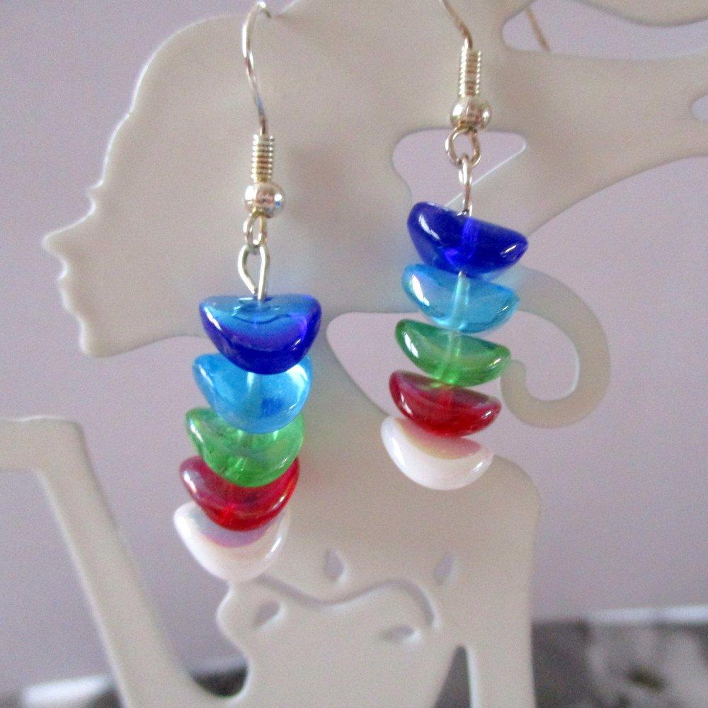 Boucles d'oreilles. Petites perles ondulées multicolores. Crochets en acier chirurgical