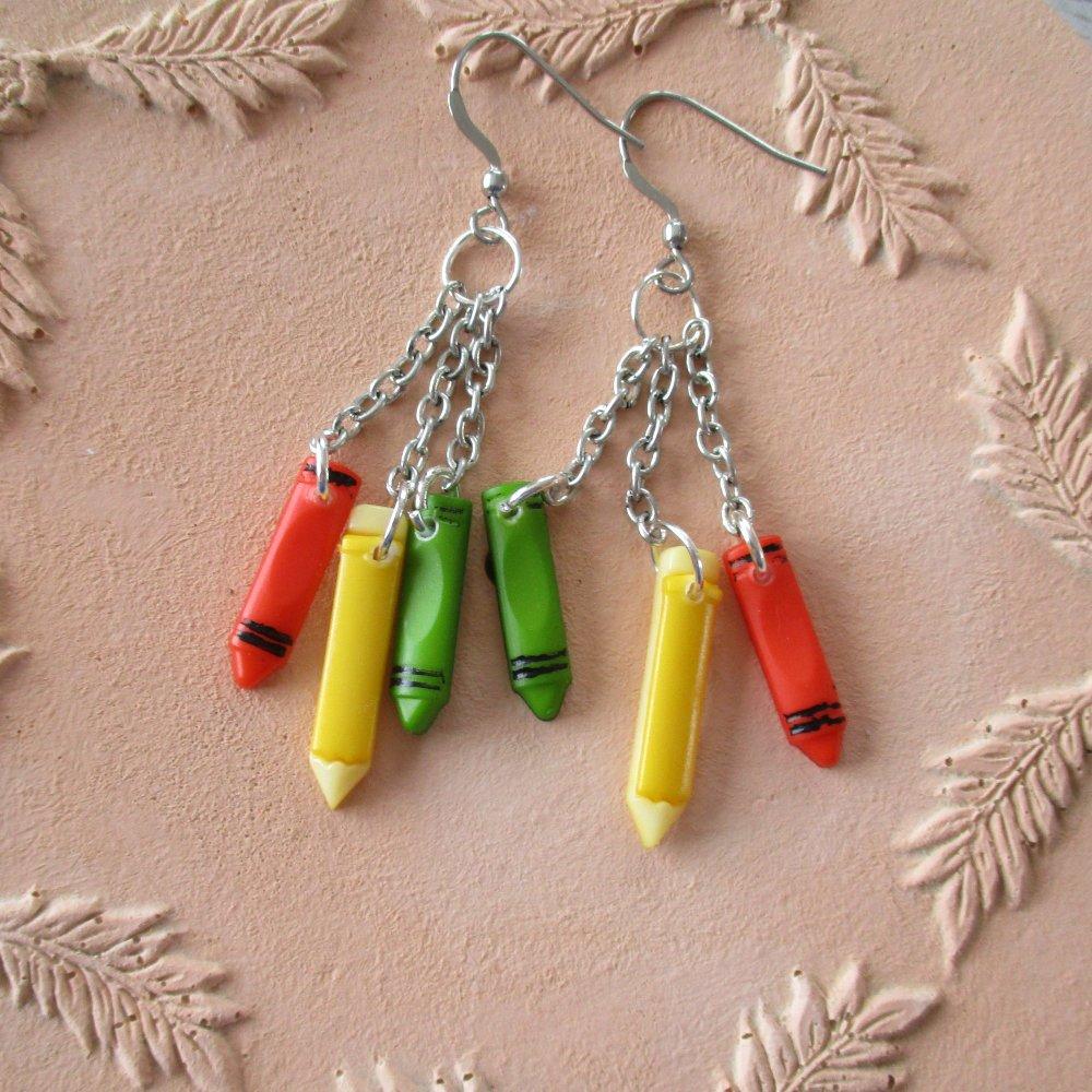 Boucles d'oreilles. Sur le cahier, les crayons sont prêts à travailler  - Crochets en acier inoxydable