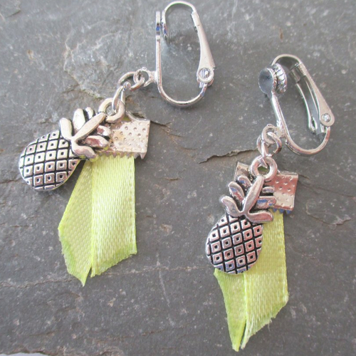 Clips boucles d'oreilles. un ananas protégé par deux petits rubans jaunes fluo